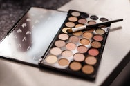 A students make-up palette within the studio